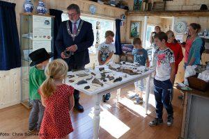 Burgemeester Rodenboog en een aantal kinderen in het Eerste Lopster Museum