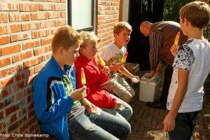 In de zon genieten de schatgravers/exposanten van een ijsje, gesponsord door het Dorpshuis